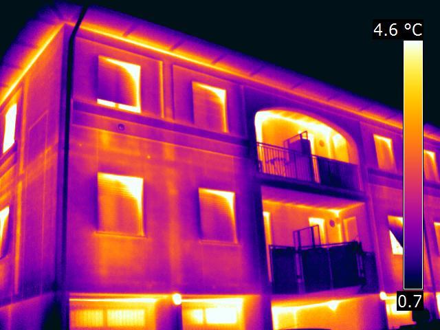 Termografia-di-un-involucro-edilizi-con-muffe-e-ponti-termici
